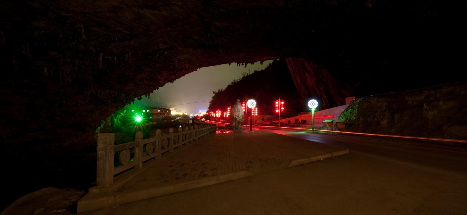 in uscita da Fengshan la strada provinciale si innesta nella grotta tunnel Chuanlongyan (foto Marco Zambelli)