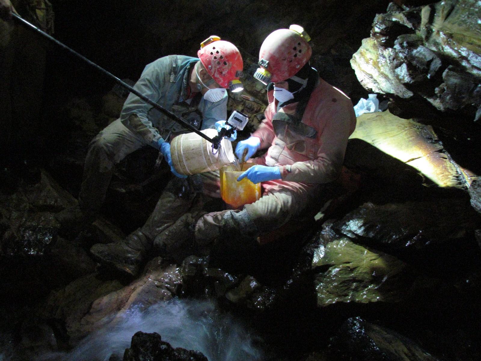 Il tracciante viene sciolto in acqua (foto Luana Aimar)
