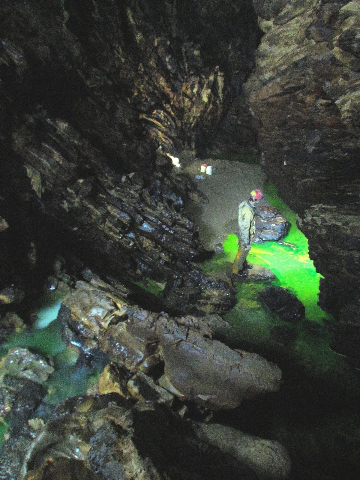 Il fiume verde di fluoresceina nel Buco del Latte (foto Luana Aimar)