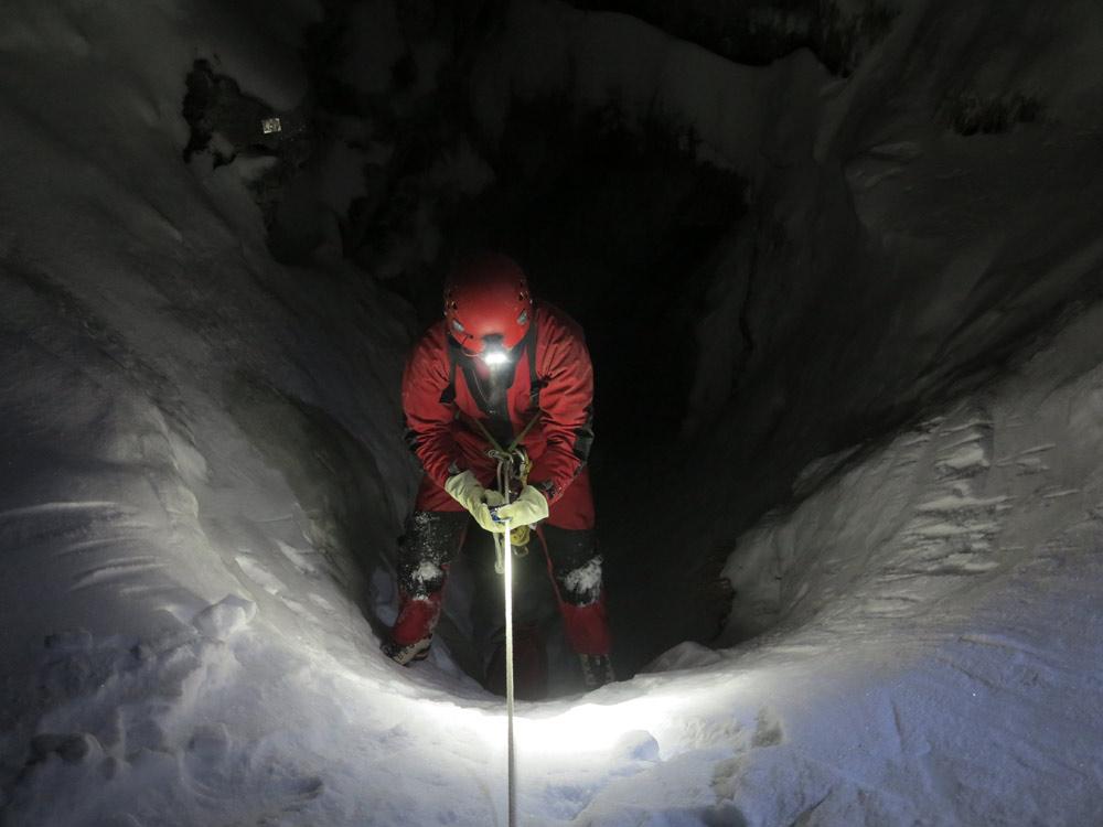 Il ghiaccio nelle parti iniziali della grotta (foto Fabio Bollini)