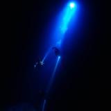 La luce penetra fino a 40 m di profondità di acqua alla base del pozzo che dà accesso al lago Aikab
