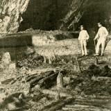 """Veduta della cosiddetta """"palafitta superiore"""", scoperta grazie ai primi scavi condotti nell'antegrotta (da Patroni 1899)."""