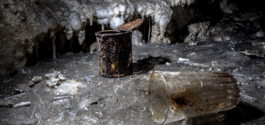 Scatolette e bicchieri abbandonati, ormai concrezionati alla roccia, insieme a frammenti di cannule